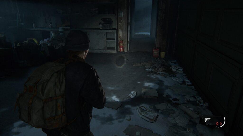 Ellie avec une lampe torche
