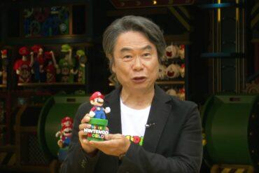 Shigeru Miyamoto avec figurine mario de super nintendo world